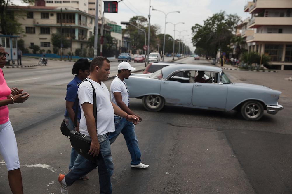 Street scene in Havana, Cuba.<br /> <br /> Escena cotidiana en un cruce de calles en La Habana.