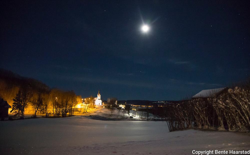 Selbustrand kapell i månebelyst kulturlandskap. Kirka er fra 1901.