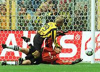 Fotball: Bundesliga 2001/2002: Torwart Hans-Jšörg BUTT klŠärt vor Jan Derek SØ…RENSEN / Sörensen Dortmund<br />               Borussia Dortmund - Bayer 04 Leverkusen 1:1