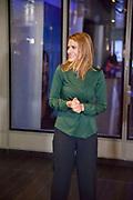 """Staatssecretaris van Defensie Barbara Visser heeft in Amsterdam de eerste Defensie """"pop up store"""" geopend. Deze winkel is gevestigd in de Amstelpassage van het Centraal Station van Amsterdam en zal een maand open zijn. De winkel laat het publiek kennis maken met Defensie als veelzijdige werkgever."""