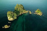 Hacia el mar abierto, se encuentra la Isla de los P&aacute;jaros (tambi&eacute;n conocido como Cayo Cisne), santuario de aves donde anidan la bella y rara Ave Tropical (Rabijunco Piquirrojo), de blanco plumaje, pico color naranja y, en los machos, una larga y vistosa cola, as&iacute; como el simp&aacute;tico alcatraz (piquero o bobo).<br /> <br /> Otras aves marinas, como el pel&iacute;cano, las gaviotas, los gaviotines y la fragata, pasan parte de su tiempo en el cayo.<br /> <br /> Mientras las aves tropicales usan los huecos en los acantilados para anidar, los alcatraces hacen sus nidos en el mismo suelo, por todas partes.<br /> <br /> Para no molestar a las aves, especialmente a los piqueros, no es permitido ni recomendado el desembarque en la isla.<br /> &copy;Alejandro Balaguer/Fundaci&oacute;n Albatros Media.