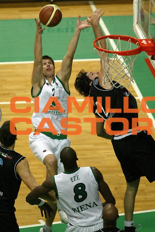DESCRIZIONE : Siena Lega A1 2006-07 Montepaschi Siena Vidivici Virtus Bologna<br /> GIOCATORE : Boisa <br /> SQUADRA : Montepaschi Siena <br /> EVENTO : Campionato Lega A1 2006-2007 <br /> GARA : Montepaschi Siena Vidivici Virtus Bologna <br /> DATA : 25/11/2006 <br /> CATEGORIA : Rimbalzo <br /> SPORT : Pallacanestro <br /> AUTORE : Agenzia Ciamillo-Castoria/L.Moggi