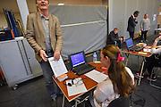 Nederland, Ubbergen, 12-5-2014Eindexamen Kunst op de HAVO Notre Dame des Anges. Het examen wordt geheel met de laptop computer afgenomen. Nadat de opgaven uit de kluis zijn gehaald worden ze voor de ogen van de leerleingen geopend en vervolgens uitgedeeld. Foto: Flip Franssen/Hollandse Hoogte