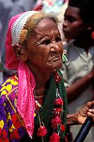 """Pakistan - """"Shiddis """", esclaves de l'empire des Indes - C'est à Mango Pir, mausolée d'un saint soufi du XIII éme siècle, situé à l'extérieur de Karachi que cette communauté noire, tiraillée entre ses racines africaines animistes et son identité musulmane pakistanaise, se retrouve et s'épanouit. Ils campent autour du mausolée dans des abris de fortune - Pendant quatre jours, des milliers de Shiddis venus de tout le sud du Pakistan, festoient, dansent, chantent, prient ensemble. La forme des gros tambours, la manière d'en jouer et de les tendre, les danses, les rythmes, les rituels sont des aspects de la culture Shiddi typiquement africains // Pakistan, Shiddi, the black of Pakistan with African origine"""