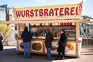 Europa, Deutschland, Koeln, die aus dem Koelner Tatort ARD Krimiserie bekannte Wurstbraterei der Familie Vosen im Rheinauhafen.<br /> <br /> Europe, Germany, Cologne, hot-dog stall at the Rheinau harbor, known from the TV series Tatort.