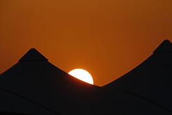 Motorsports / Formula 1: World Championship 2010, GP of Abu Dhabi, sunset, Yas Marina Circuit, Sonnenuntergang, Abendsonne, Sonne, Licht, Stimmung, Untergang, Abendstimmung