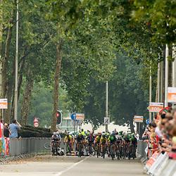 30-08-2017: Wielrennen: Boels Ladies Tour: Arnhem<br /> Valpartij in de print in Arnhem met o.a. Nina Kesler als een van de slachtoffers