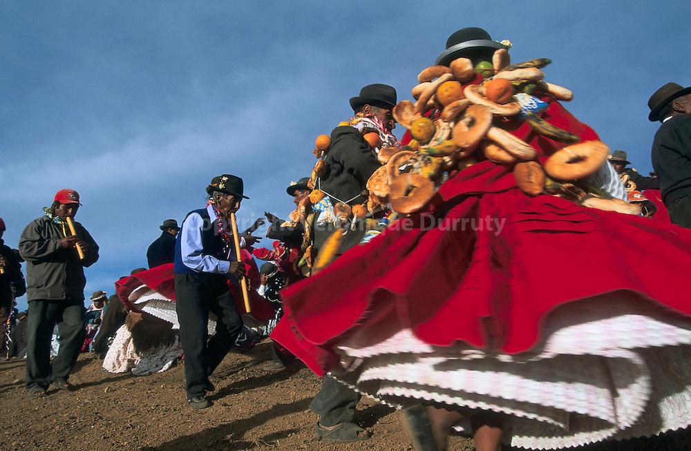 -Fete des pommes de terre-. Chaque annee, sur l'isla del sol, -la fiesta de las papas- est donnee la veille des semailles des pommes de terre. Elle s'accompagne de chants, de danses et d'offrandes a la Pachamama, la -deesse mere- de Bolivie. Les danseurs portent des  pains de toutes formes destines a porter chance afin que les recoltes soient bonnes. -Fete des pommes de terre-. Chaque annee, sur l'isla del sol, -la fiesta de las papas- est donnee la veille des semailles des pommes de terre. Elle s'accompagne de chants, de danses et d'offrandes a la Pachamama, la -deesse mere- de Bolivie. Les danseurs portent des  pains de toutes formes destines a porter chance afin que les recoltes soient bonnes.