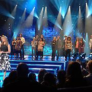 NLD/Weesp/20070311 - 1e Live uitzending Just the Two of Us, presentatoren Gordon en Linda de Mol en alle deelnemers op de achtergrond
