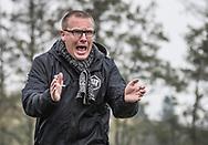 FODBOLD: En aktiv cheftræner Claus Larsen (Karlslunde) på sidelinien under kampen i Danmarksserien mellem Karlslunde IF og Fredensborg BI den 4. november 2017 på Karlslunde Stadion. Foto: Claus Birch