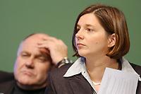 18 OCT 2002, BERLIN/GERMANY:<br /> Katrin Goering-Eckardt (R), B90/Gruene Fraktionsvorsitzende, und Rezzo Schlauch (L), B90/Gruene, MdB, ehem. Fraktionsvorsitzender, 20. Bundesdelegiertenkonferenz Buendnis 90 / Die Gruenen, Stadthalle Bremen<br /> IMAGE: 20021018-01-064<br /> KEYWORDS: Parteitag, Bundesparteitag, party conference, BDK, Katrin Göring-Eckardt, party congress