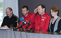 Skøyter<br /> Pressekonferanse ang. ettertakeren som landslagssjef etter Mueller<br /> 25.11.2009<br /> Clearion airport hotell , Flesland , Bergen<br /> Johan Kaggestad (l) ,<br /> Sportssjef Øystein Haugen (3R) ,<br /> den ny ansatte landslagssjefen , Jarle Pedersen (2R) og<br /> skøytepresidenten , Vibecke Sørensen (R)<br /> Foto : Astrid M. Nordhaug