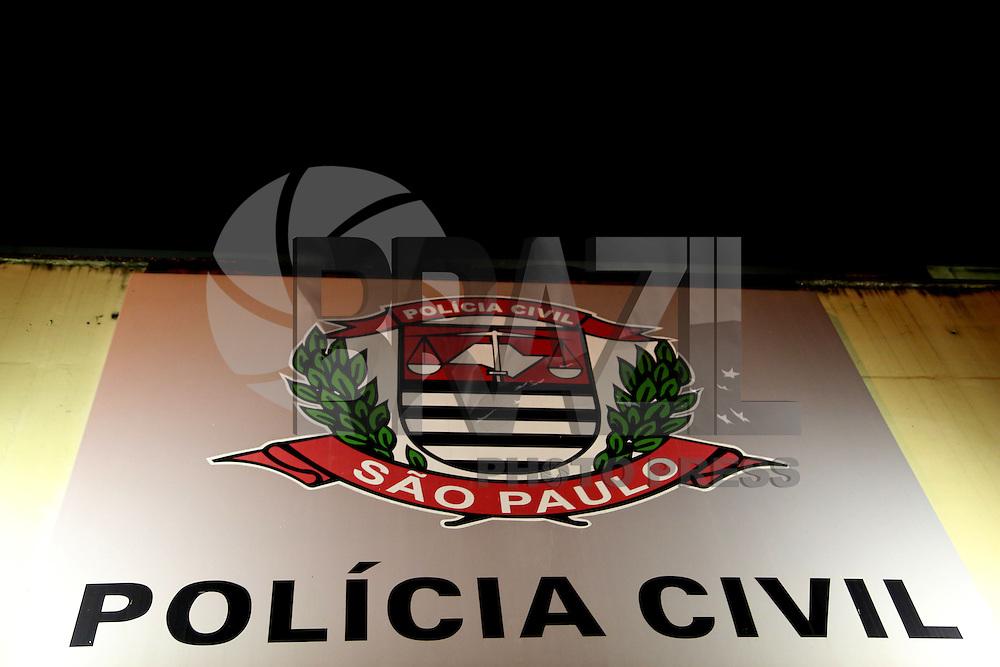 SAO PAULO, SP, 18.03.2015 - DEIC LOCALIZA 14 TONELADAS DE DINAMITE / ITAQUAQUECETUBA - Fachada do prédio do DEIC. O DEIC (Departamento Estadual de Investigações Criminais) localizou na noite desta terça-feita (17) 14 tonelas de dinamite que havia  sido roubada na última sexta-feira na via Dutra. Os explosivos estavam dentro de um outro caminhão estacionado em uma chácara em Itaquaquecetuba, São Paulo. O caminhão atolou na lama e os policiais estão esperando o guincho chegar no local para auxiliar na remoção. (Foto: Fernando Neves/ Brazil Photo Press).