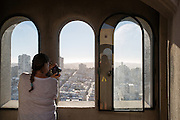 Toeristen maken foto's van San Francisco. De Amerikaanse stad San Francisco aan de westkust is een van de grootste steden in Amerika en kenmerkt zich door de steile heuvels in de stad.<br /> <br /> Tourists make photos in and of San Francisco. The US city of San Francisco on the west coast is one of the largest cities in America and is characterized by the steep hills in the city.