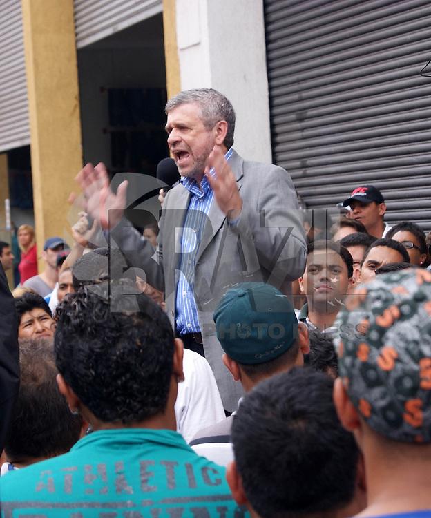 SAO PAULO, SP, 26 DE OUTUBRO DE 2011 - CAMELOS CONFRONTO BRAS - O vereador José Américo recebe reinvidicações dos camelôs que voltaram a protestar no início da manhã de hoje (26) nas proximidades da feirinha da madrugada no Brás, região central de São Paulo. Os camelôs, que ontem (25) entraram em confronto com a PM, reuniram-se nesta madrugada novamente no Brás, a maioria na Rua Oriente, região central da capital. Em maior número que ontem, eles iniciaram uma caminhada até a Avenida do Estado. (FOTO: DEBBY OLIVEIRA - NEWS FREE).