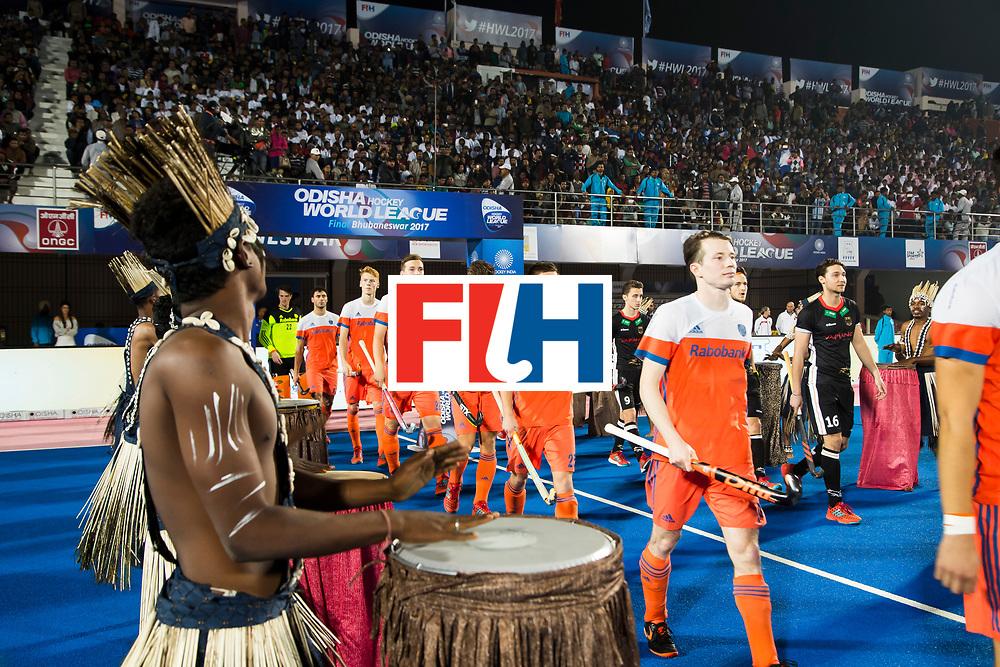 BHUBANESWAR -  Oranje met oa Seve van Ass (Ned) (Ned) betreedt het veld voor de Hockey World League Finals , de kwartfinale wedstrijd Duitsland-Nederland (3-3).Duitsland wint na shoot-outs.    COPYRIGHT KOEN SUYK