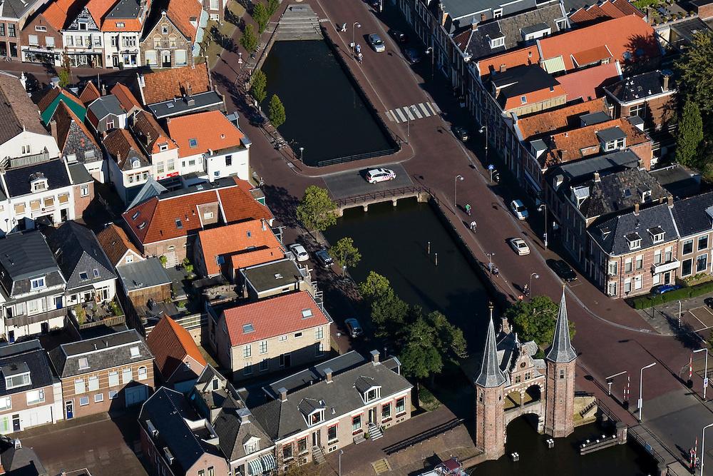 Nederland, Friesland, Sneek, 08-09-2009; Binnenstad met Waterpoort, gebouwd over de ingang tot de stadsgrachten. De poort is het symbool voor Sneek geworden. .Waterpoort (Watergate), built over the entrance to the city canals, symbol of Sneek..Luchtfoto (toeslag); aerial photo (additional fee required); .foto Siebe Swart / photo Siebe Swart