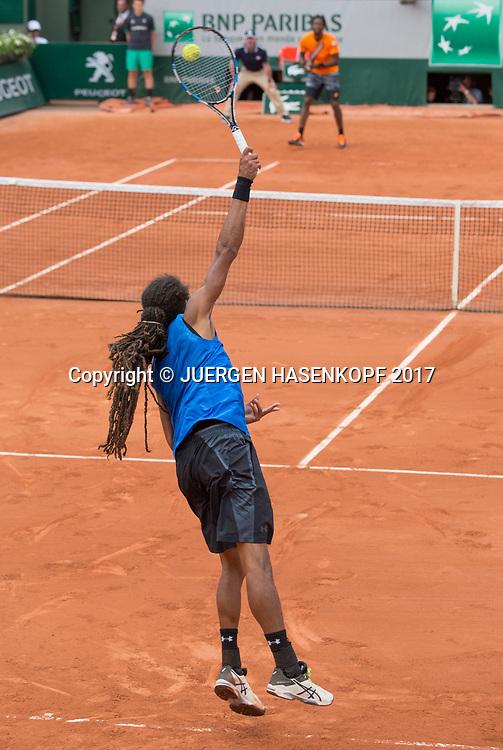 DUSTIN BROWN (GER) serviert zum Gegner Gael Monfils,Aufschlag,<br /> <br /> Tennis - French Open 2017 - Grand Slam ATP / WTA -  Roland Garros - Paris -  - France  - 30 May 2017.