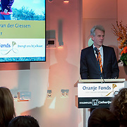 Koning Willem-Alexander geeft startsein voor nieuwe Oranjefonds campagne Maatjes Gezocht . Maatjes zijn vrijwilligers die iemand gedurende langere tijd een steuntje in de rug bieden. <br /> <br /> King Willem-Alexander launches new campaign Oranjefonds Buddies Wanted. Buddies are volunteers who offer someone for a long time a helping hand.<br /> <br /> Op de foto / On the photo:  Ronald van der Giessen, directeur van het Oranje Fonds
