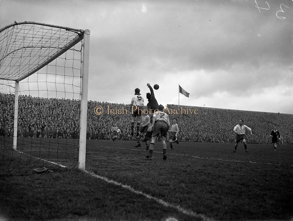 10/04/1955<br /> 04/10/1955<br /> 10 April 1955<br /> FAI Cup: Waterford v Drumcondra  at Dalymount Park, Dublin.