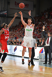 14.06.2015, Brose Arena, Bamberg, GER, Beko Basketball BL, Brose Baskets Bamberg vs FC Bayern Muenchen, Playoffs, Finale, 3. Spiel, im Bild Nihad Djedovic (FC Bayern Muenchen / Mitte) beim Korbwurf. Dawan Robinson (Brose Baskets Bamberg / links) versucht zu blocken. Hinten rechts: Head Coach / Trainer Andrea Trinchieri (Brose Baskets Bamberg) // during the Beko Basketball Bundes league Playoffs, final round, 3rd match between Brose Baskets Bamberg and FC Bayern Muenchen at the Brose Arena in Bamberg, Germany on 2015/06/14. EXPA Pictures &copy; 2015, PhotoCredit: EXPA/ Eibner-Pressefoto/ Merz<br /> <br /> *****ATTENTION - OUT of GER*****