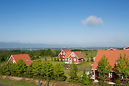 &rdquo;Ibland tror folk att detta &auml;r som en n&ouml;jespark dit de kan &aring;ka p&aring; helgutflykt. Men Sweden Hills &auml;r ett riktigt bostadsomr&aring;de&rdquo;, s&auml;ger Miki Wajima p&aring; stiftelsen Sweden Center Foundation som driver svenskbyn. <br /> <br /> I bakrgunden syns Sapporo.