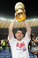 Fotball<br /> Tyskland<br /> 15.05.2010<br /> Foto: Witters/Digitalsport<br /> NORWAY ONLY<br /> <br /> Franck Ribery mit Pokal, Bayern Pokalsieger 2010<br /> <br /> DFB-Pokal Finale Werder Bremen - FC Bayern München 0:4