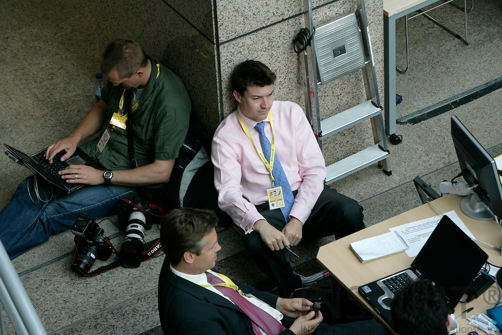 BRUSSELS - BELGIUM - 21 JUNE 2007 -- EU-SUMMIT -- Journalist waiting in the big press room in the council during the summit.  Photo: Erik Luntang