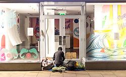 THEMENBILD - ein Obdachloser bereitet seinen Schlafplatz im Eingangsbereich eines Geschäftes vor, Edinburgh, Schottland, aufgenommen am 14. Juni 2015 // a homeless man prepares his sleeping place in front the entrance of a shop, Edinburgh, Scotland on 2015/06/14. EXPA Pictures © 2015, PhotoCredit: EXPA/ JFK