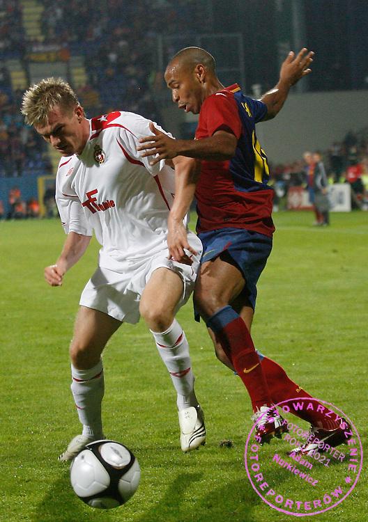 KRAKOW 26/08/2008.UEFA CHAMPIONS LEAGUE.THIRD QUALIFYING ROUND.SECOND LEG.WISLA KRAKOW v FC BARCELONA.NA ZDJ. PETER SINGLAR /WISLA/ AND THIERRY HENRY /BARCELONA/.FOT. PIOTR HAWALEJ / WROFOTO.