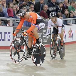07-12-2014: Wielrennen: WB baan: Londen<br /> Jeffrey Hoogland kijkt naar zijn opponent de Duitser Robert Forsterman in de kwart finale