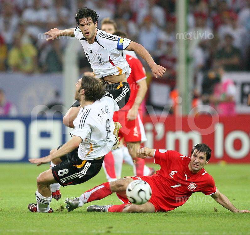 Fussball WM 2006  Gruppenspiel  Vorrunde Deutschland - Polen von links Torsten Frings (GER), Michael Ballack(GER) und Radoslaw Sobolewski (POL)