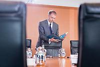 20 JUN 2018, BERLIN/GERMANY:<br /> Niels Annen, SPD, Staatsminister beim Bundesminister des Auswaertigen, liest in seinen Unterlagen, vor Beginn der Kabinettsitzung, Bundeskanzleramt<br /> IMAGE: 20180620-01-001<br /> KEYWORDS: Kabinett, Sitzung