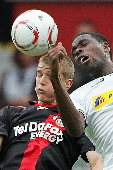 29.08.2010,  BayArena, Leverkusen, GER, 1. FBL, Bayer Leverkusen vs Borussia Moenchengladbach, 2. Spieltag, im Bild: Lars Bender (Leverkusen #8) im kopfball gegen Mo Idrissou (Moenchengladbach #25)  EXPA Pictures © 2010, PhotoCredit: EXPA/ nph/  Mueller+++++ ATTENTION - OUT OF GER +++++ / SPORTIDA PHOTO AGENCY