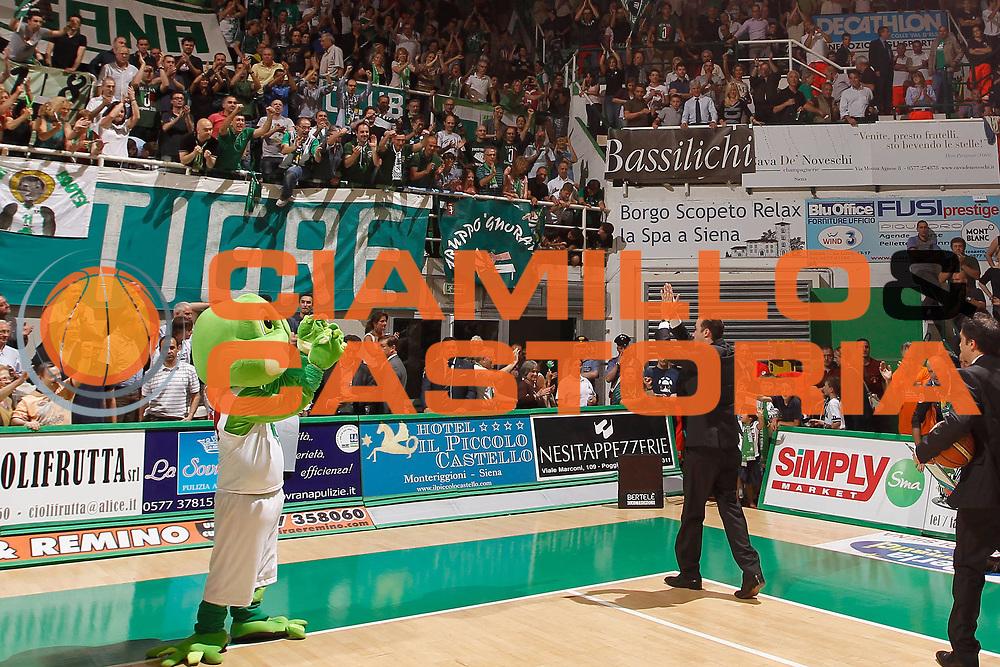 DESCRIZIONE : Siena Lega A 2011-12 Montepaschi Siena EA7 Emporio Armani Milano Finale scudetto gara 2<br /> GIOCATORE : Simone Pianigiani<br /> CATEGORIA : coach tifo fan supporter<br /> SQUADRA : Montepaschi Siena<br /> EVENTO : Campionato Lega A 2011-2012 Finale scudetto gara 2<br /> GARA : Montepaschi Siena EA7 Emporio Armani Milano<br /> DATA : 11/06/2012<br /> SPORT : Pallacanestro <br /> AUTORE : Agenzia Ciamillo-Castoria/P.Lazzeroni<br /> Galleria : Lega Basket A 2011-2012  <br /> Fotonotizia : Siena Lega A 2011-12 Montepaschi Siena EA7 Emporio Armani Milano Finale scudetto gara 2<br /> Predefinita :