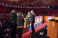 Nederland. Amsterdam, 26 mei 2010.<br /> LOTTE RAGUT (RTL) NA AFLOOP MET JOB COHEN, PVDA.<br /> Lijsttrekkersdebat in theater Carre<br /> politiek debat, politiek, debat, verkiezingen, lijsttrekkers, <br /> Foto Martijn Beekman
