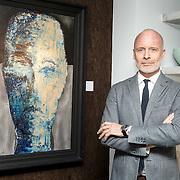 NLD/Laren/20150501 - Presentatie Artwork Mart Visser in de orangerie van Wolterinck Studio & Store, Mart Visser bij een van zijn kunstwerken