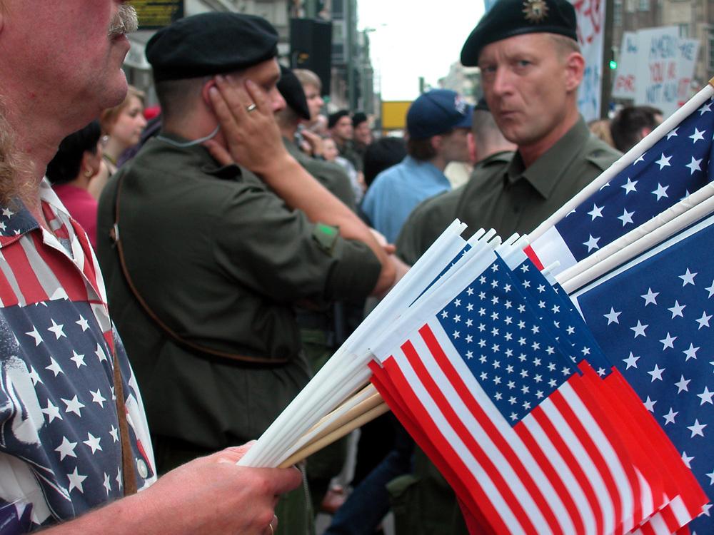 BERLIN &gt; Besuch des Amerikanischen Pr&auml;sidenten<br /> George W. Bush in der deutschen Hauptstadt v.<br /> 22.bis 23.05.2002.<br /> HIER : Pro Amerikanische Kundgebung derJungen Union<br /> und der CDU ...<br /> Deutsch- amerikanische Freundschaft<br /> F&auml;hnchenverk&auml;ufer und Polizisten unter Anspannung...<br /> 22.05.2002<br /> copyright &gt; jungeblodt.com
