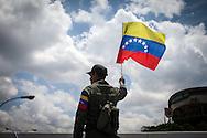 Un soldado de la República Bolivariana de Venezuela ondea una bandera nacional durante el traslado fúnebre de Hugo Chávez hacia el 23 de Enero. Caracas, 15 Marzo, 2013 (Foto / Ivan Gonzalez)