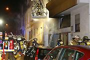 Mannheim. 31.12.17  <br /> Silvesterabend. Silvester. Brand in der Neckarstadt.<br /> Das Mehrfamilienhaus, in dem sich 15 Wohnungen befinden, wurde vollständig evakuiert. Die Bewohner konnten sich anfänglich im Nebenraum einer Kneipe aufhalten. Die Stadt Mannheim brachte später fünf Personen unter, die restlichen Betroffenen fanden bei Verwandten und Freunden eine Bleibe.<br /> Das Haus ist ersten Angaben der Feuerwehr zufolge nicht mehr bewohnbar. Auch den Ermittlern war es am Montagmorgen nicht möglich die Wohnung zu betreten. Der Sachschaden beläuft sich  auf etwa 150.000 Euro. <br /> <br /> <br /> Bild-ID 280   Markus Proßwitz 01JAN18 / masterpress