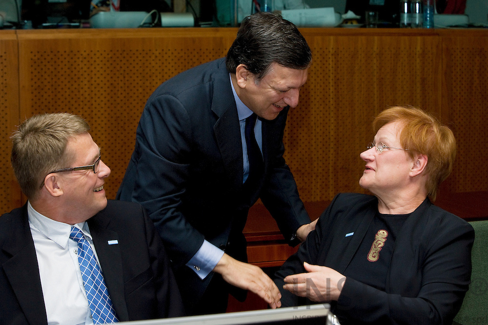 BRUSSELS - BELGIUM - 19 JUNE 2009 -- EU-Summit -- The European Commission President Jose Manuel BARROSO greets the Finnish President Tarja HALONEN. To the left the Finnish Prime Minister Matti VANHANEN. Photo: Erik Luntang