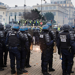 Echauffourées sur la passerelle Senghor lors du passage du cortège de manifestants dans le cadre de l'acte 8 des manifestations de gilets jaunes le 5 janvier 2019 à Paris. Dispositif de sécurisation constitué de forces de police et de gendarmerie (Escadrons de Gendarmerie Mobile, Brigade Anti Criminalité et Compagnies Républicaines de Sécurité).