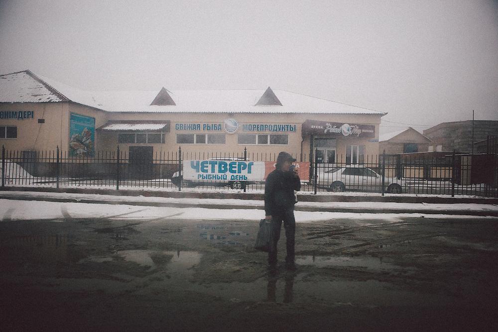 Die Diskussionen über den Standort der World Nuclear Fuel Bank haben die kasachische Bergbaustadt Ust-Kamenogorsk (Öskemen) in den Fokus weltweiter Aufmerksamkeit gerückt.<br /> <br /> Kasachstan hofft, den Zuschlag für die Einrichtung der zentralen weltweiten Lagerstätte für angereichertes Uran zu bekommen, um damit in den Kreis politischer Global-Player aufzusteigen.<br /> <br /> In der Region lagern außerdem enorme Vorkommen seltener Erden. Mit dem Abkommen zur Deutsch-Kasachischen Rohstoffpartnerschaft engagiert sich die Bundesregierung intensiv, um beim Wettlauf um die Ausbeutung der knappen Ressourcen nicht ins Hintertreffen zu geraten.<br /> <br /> Die Rechnung zahlen die Bürger von Ust-Kamenogorsk: Hohe Krebs- und niedrige Geburtenraten sind das Ergebnis von Urangewinnung und Titanschmelze - von der Sowjetzeit bis heute. <br /> <br /> Der Kellner im Restaurant rät dringend vom Verzehr einheimischer Fische ab und hinter vorgehaltener Hand erzählen Viele, dass sie mindestens ein Paar kennen, dass keine Kinder bekommen kann.