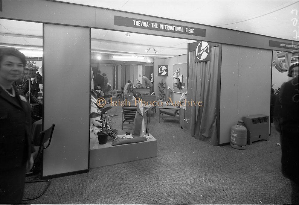 18/04/1966<br /> 04/18/1966<br /> 18 April 1966<br /> Stands and Models at the 3rd Irish Export Fashion Fair at the Intercontinental Hotel, Dublin. Hoechst AG, Trevira - The International Fibre stand.