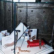 NLD/Amsterdam/20131118 - Inloop Launch Juwelry by LouLou, kastje met LouLou producten
