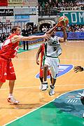 DESCRIZIONE : Siena Lega A 2008-09 Playoff Finale Gara 2 Montepaschi Siena Armani Jeans Milano<br /> GIOCATORE : Terrell Mc Intyre<br /> SQUADRA : Montepaschi Siena <br /> EVENTO : Campionato Lega A 2008-2009 <br /> GARA : Montepaschi Siena Armani Jeans Milano<br /> DATA : 12/06/2009<br /> CATEGORIA : tiro<br /> SPORT : Pallacanestro <br /> AUTORE : Agenzia Ciamillo-Castoria/G.Ciamillo