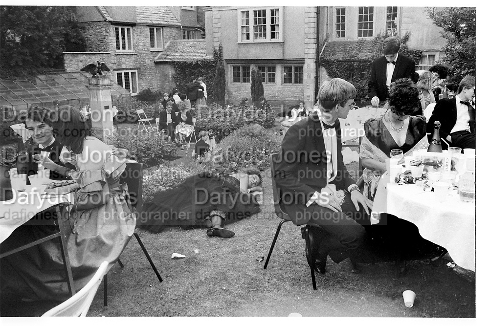 Caroline Loncq; Charles Courquin; Rebecca Fellows. New College May Ball. Oxford. June 1986. SUPPLIED FOR ONE-TIME USE ONLY> DO NOT ARCHIVE. ? Copyright Photograph by Dafydd Jones 248 Clapham Rd.  London SW90PZ Tel 020 7820 0771 www.dafjones.com