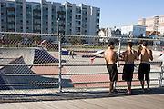 Rockaway Skate Park. Location: Rockaway Beach and Boardwalk Shore Front Parkway at 91st Street..Rockaway Beach, Queens, New York, USA..Rockaway is making a comeback for New Yorkers who share the endless beach with the locals on weekends. Rockaway Beach is  also one of the favorite spots for surfers on the East Coast, a stretch of the beach is reserved exclusively for them. ..Deutsch: ..Skate Park am Rockaway Beach, Queens, New York, USA, Nordamerika..Rockaway erlebt eine Renaissance. Urlaubsreife New Yorker teilen sich an den Sommerwochenenden den endlosen Strand mit den Einwohnern der Halbinsel im Stadtteil Queens. Auch die Surfer zieht es hierher, es ist mittlerweile einer der beliebtesten Surfstraende der Ostkueste und die Stadt hat eigens einen Abschnitt nur fuer Surfer reserviert. Die meisten Straende sind mit der Ubahn erreichbar, auch eine neue Faehre verbindet Manhattan mit Rockaway's Jacob Riis Park in 75 Minuten.