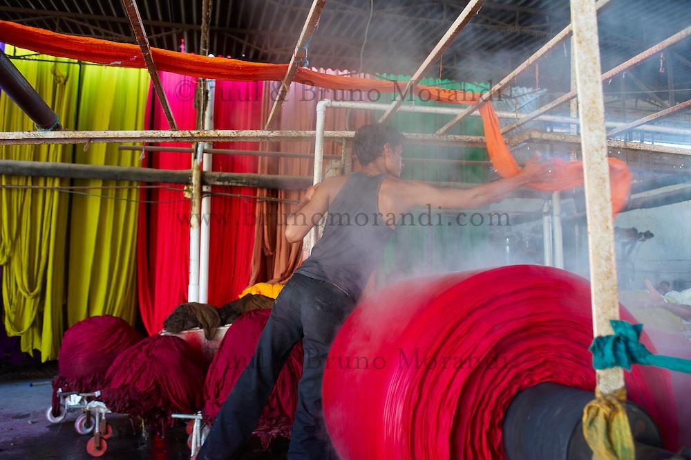 Inde, Rajasthan, Usine de Sari, teinture des tissus destines a la confection des saris. // India, Rajasthan, Sari Factory, dyeing of the textile using for sari..