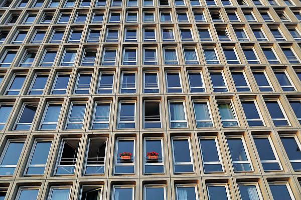 Nederland, Amsterdam, 21-10-2011tegen de gevel van een appartementengebouw hangen twee eenzame bloembakken met geraniums.Foto: Flip Franssen/Hollandse Hoogte